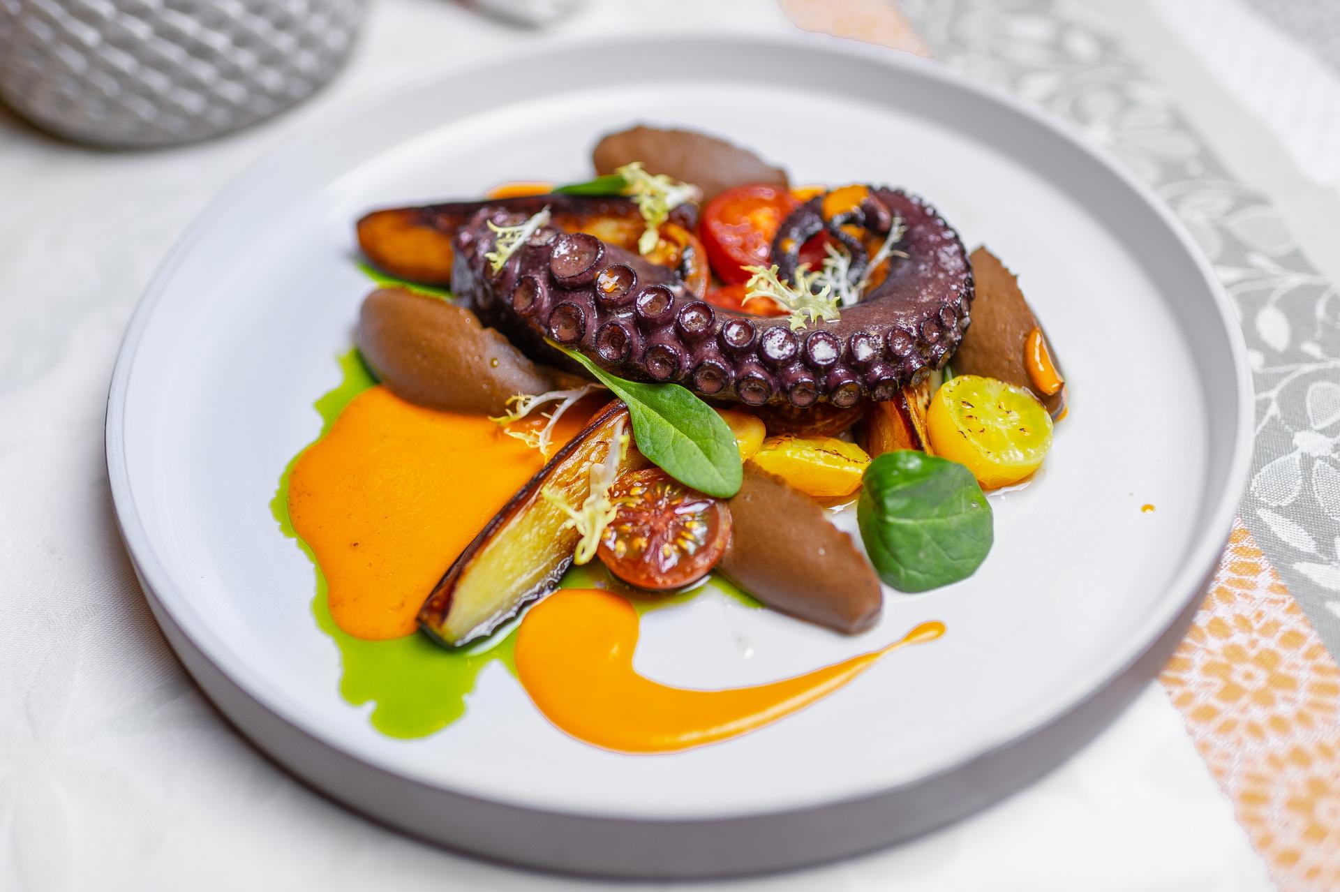 Chobotnice, lilek, lilkové pyré, malá rajčata, česnekový konfit, bazalkový olej a bílá rajčatová omáčka