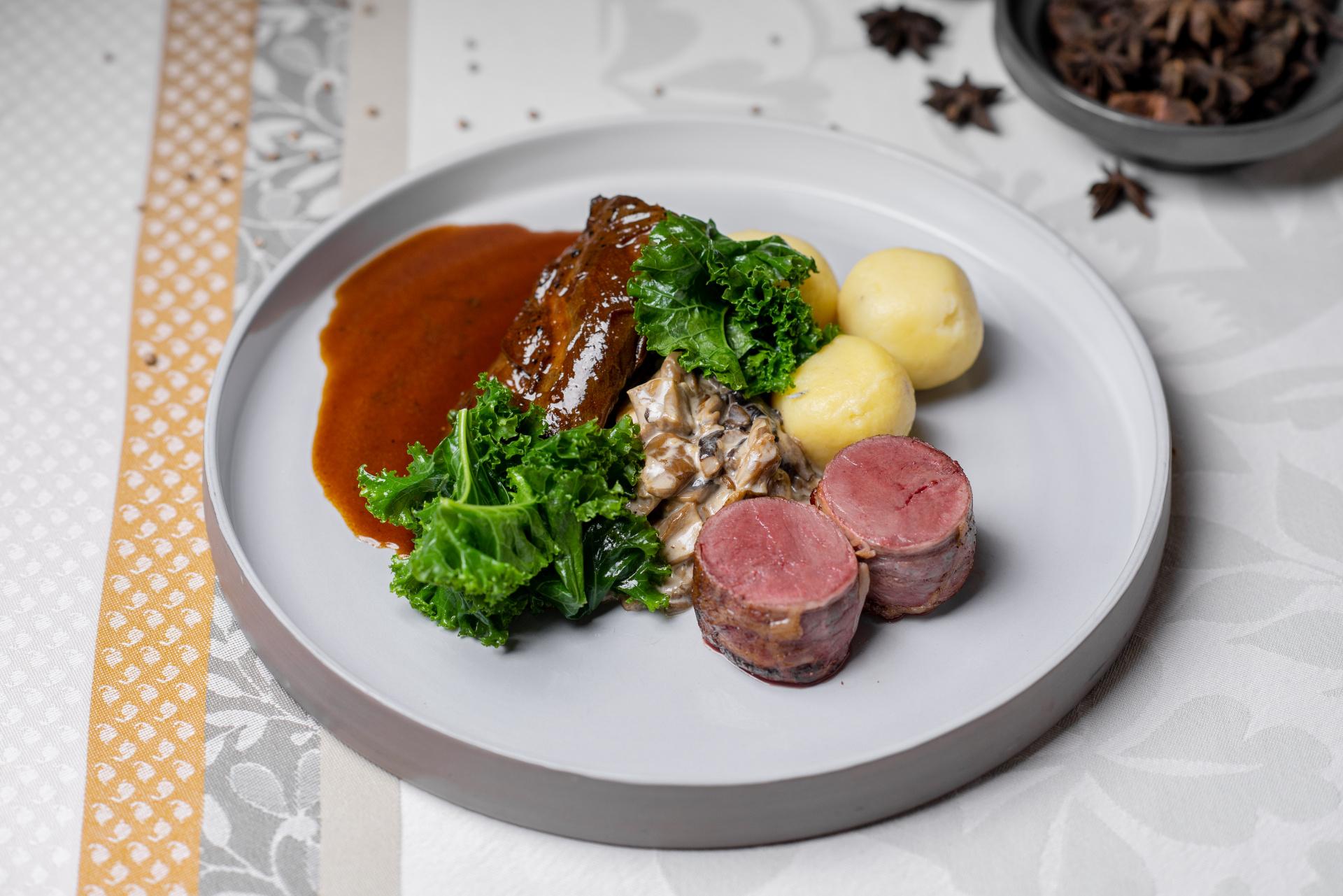 Dušený zajíc na špeku a houbách, bramborové knedlíky, kadeřávek a smetanové houbové ragú