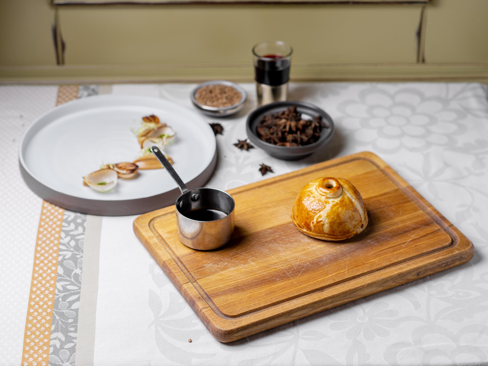 Pithivier s jelenem, houbami a kapustou, pečená cibule, pyré z uzeného česneku a glazzé