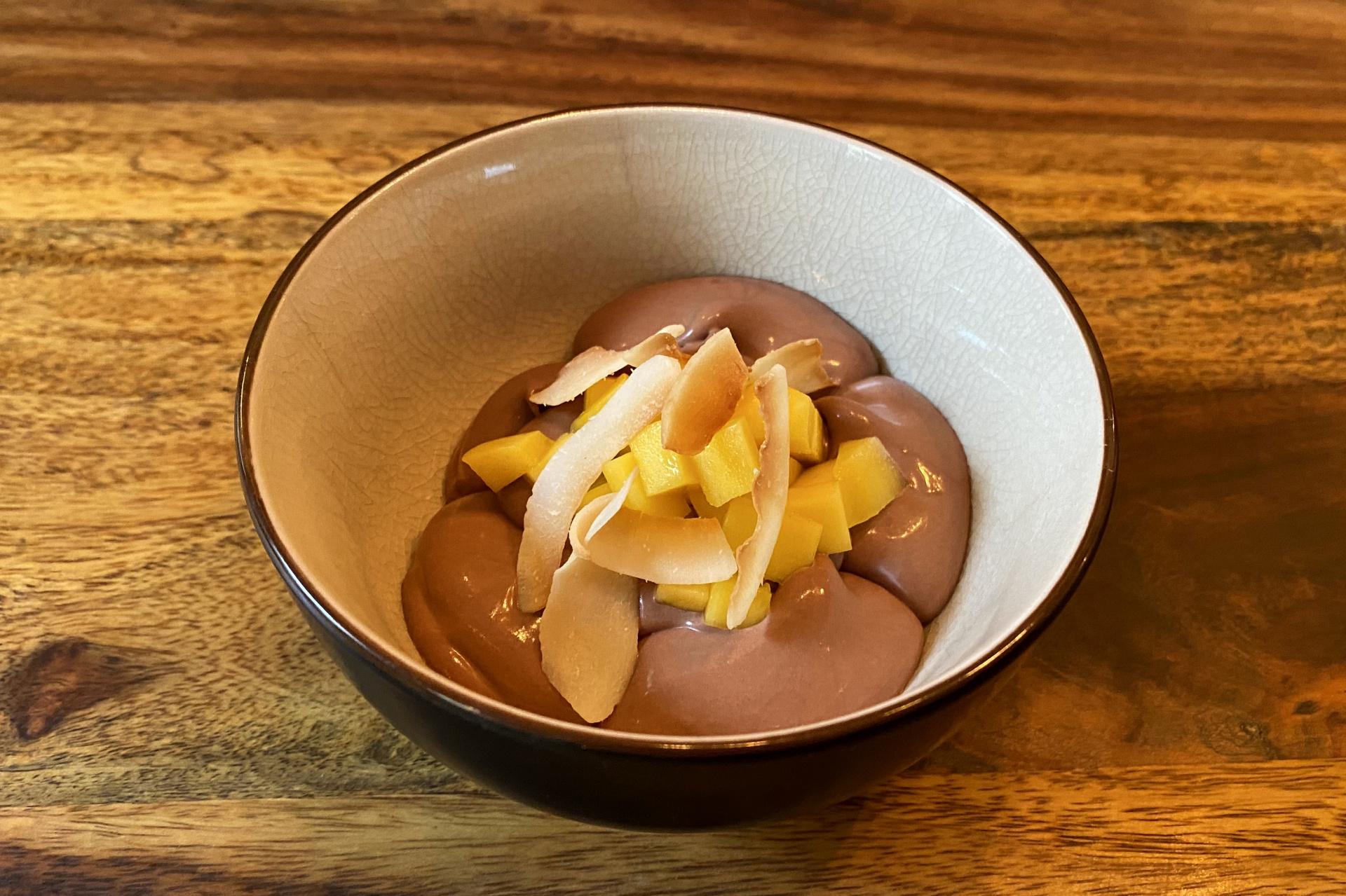 Cremeux z čokolády Manjari a kokosového mléka, pražený kokos a mango