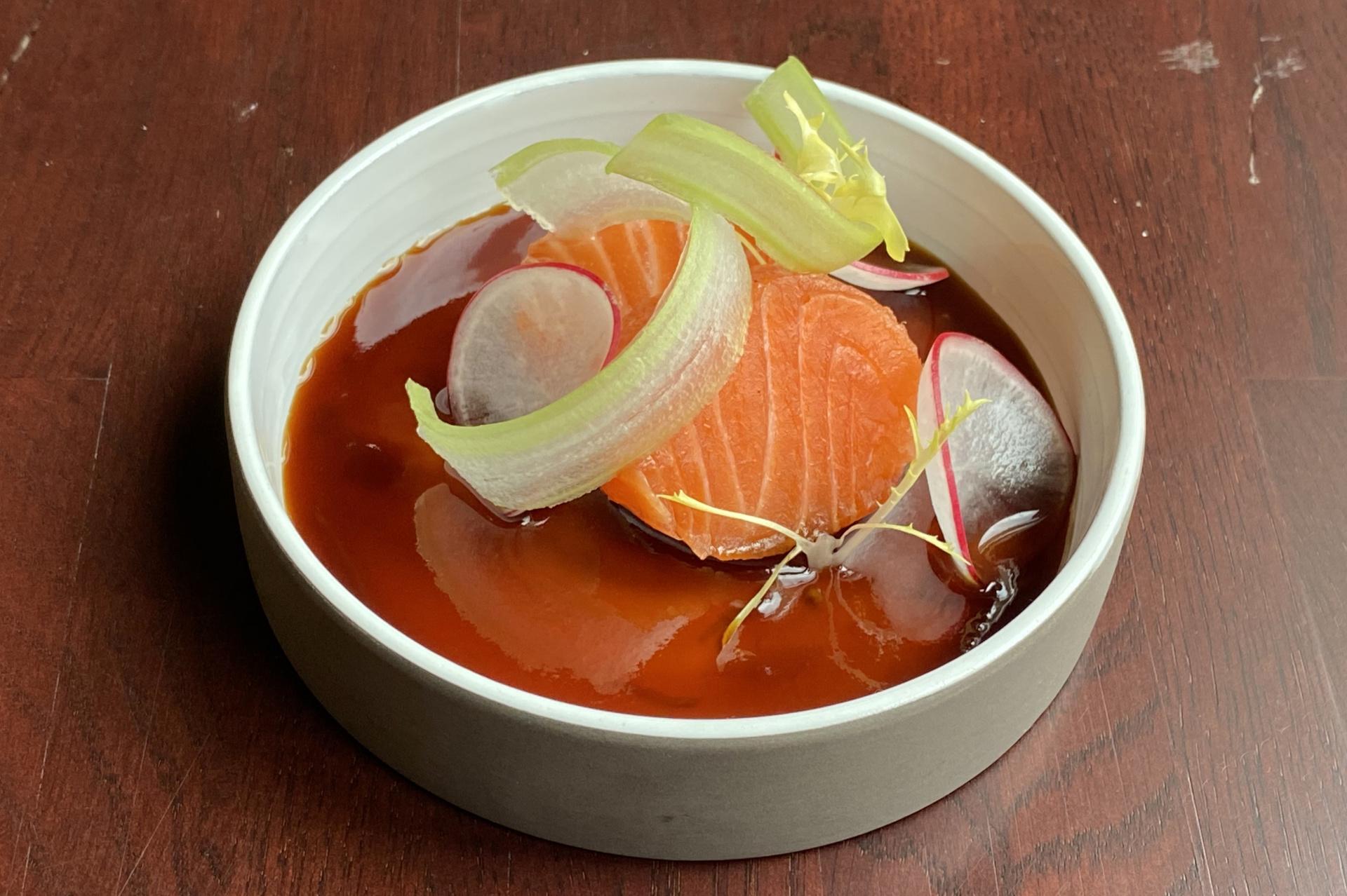 Medailonek z lehce marinovaného lososa, Teriyaki se zázvorem, ředkvičky a řapíkatý celer