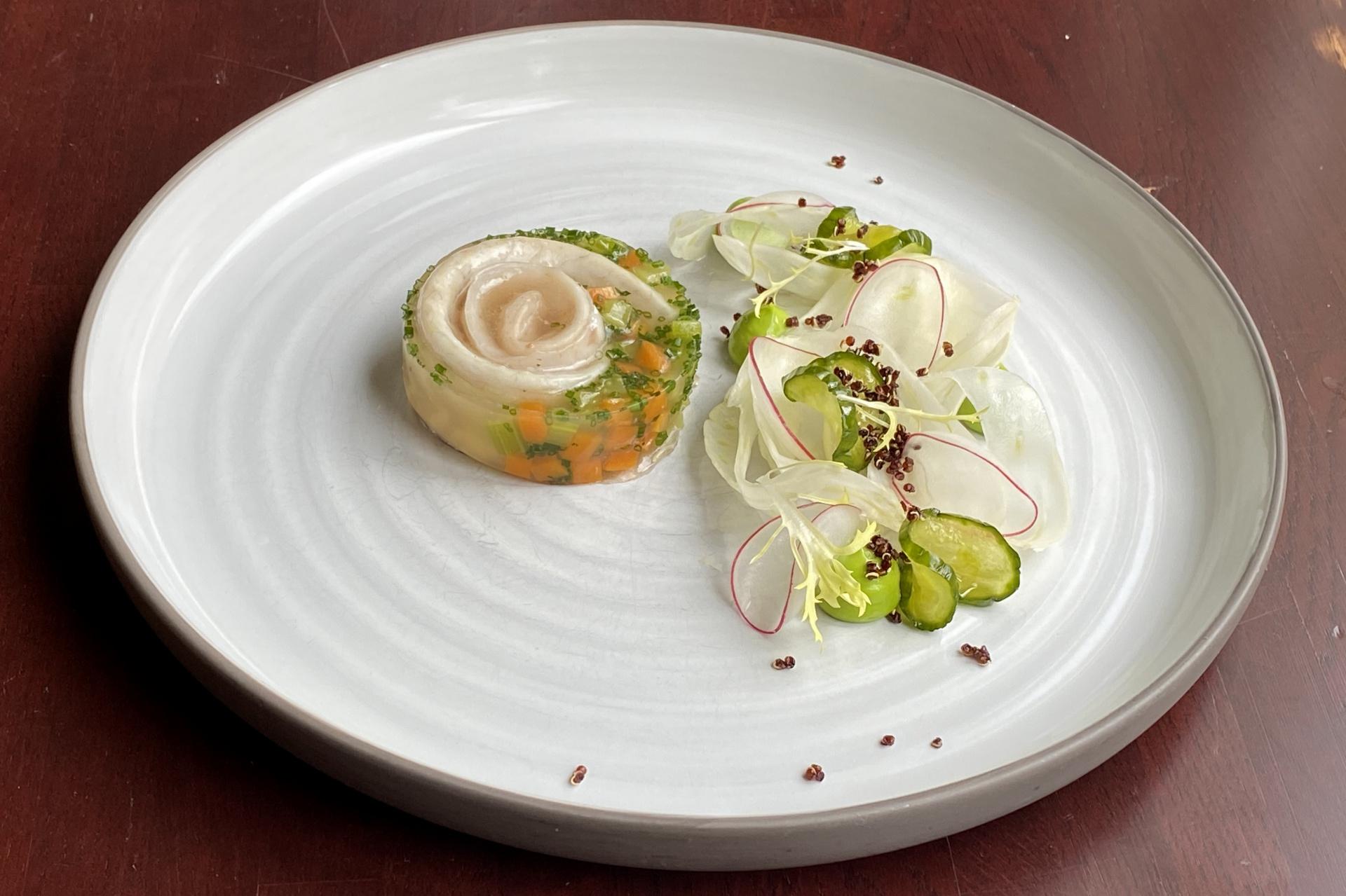 Mořský vlk v želé, fenykl, ředkvičky, petrželkový krém a marinované salátové okurky