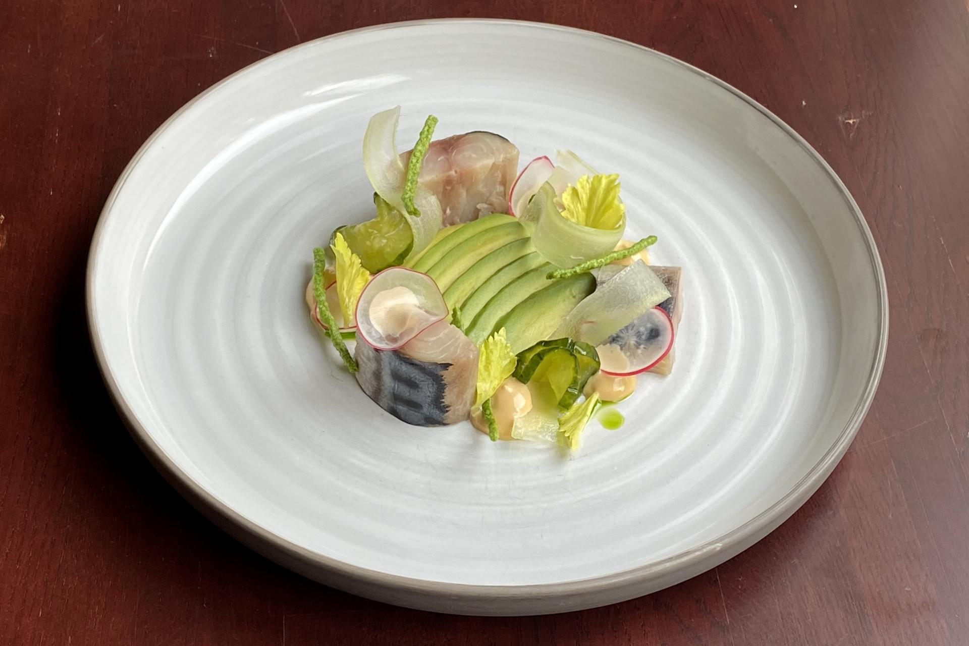 Uzená makrela, avokádo, ředkvičky, řapíkatý celer, japonský krém a marinovaná salátová okurka