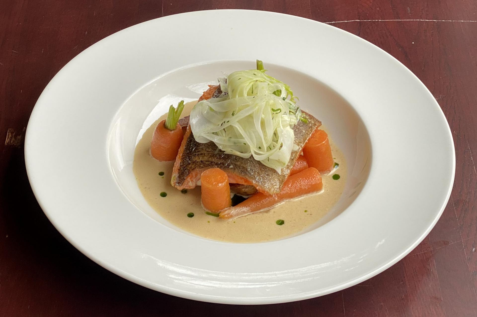 Ryba, mrkev, pečené brambory, fenyklový salát s citrónovým dresingem a rybí veloute s fenyklem a miso pastou