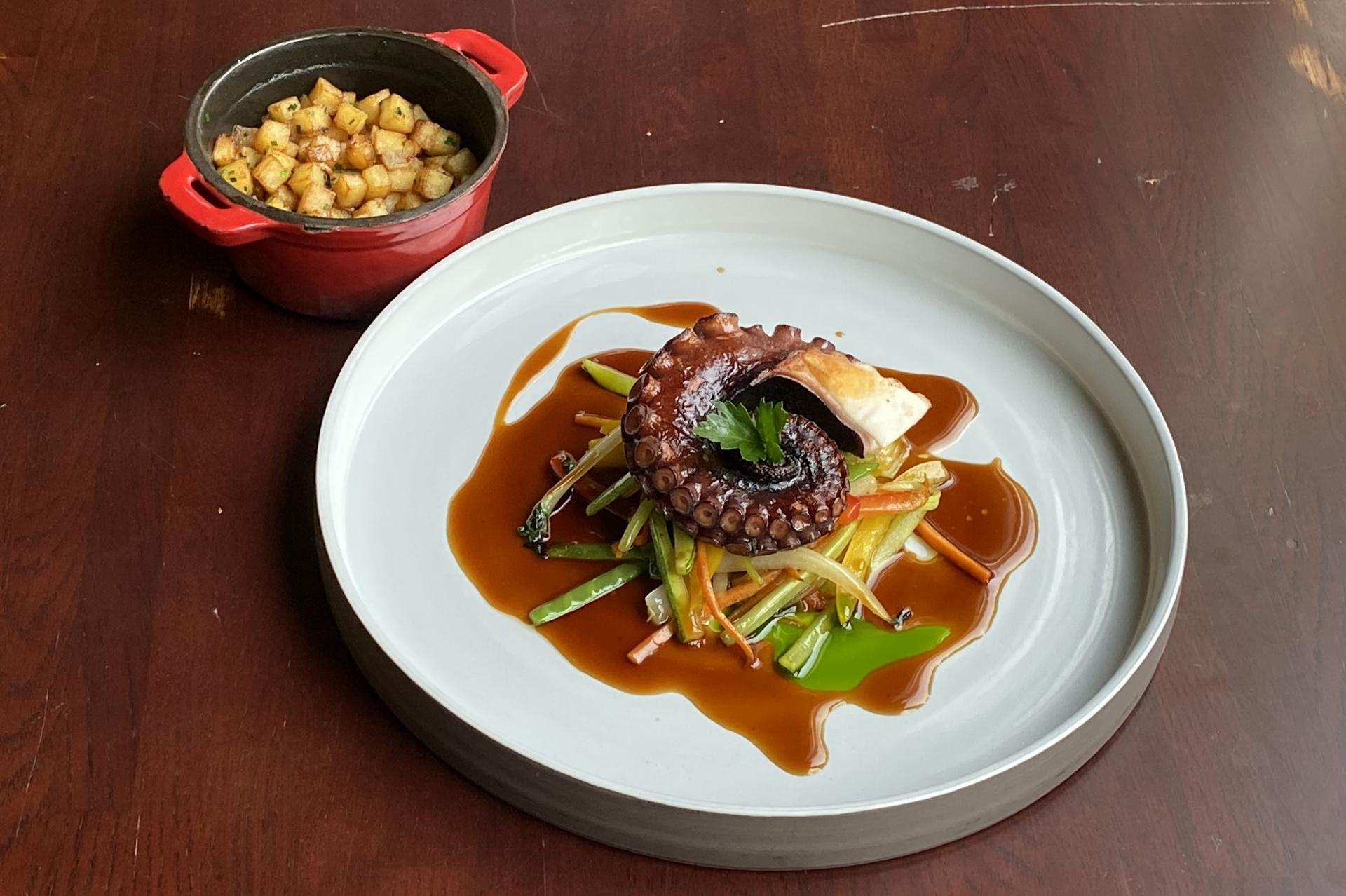 Chobotnice, brambory po domácku s cibulí, stir frye zelenina, Teriyaki se zázvorem