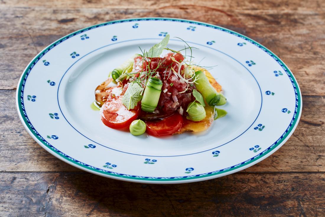 Tatarák z tuňáka, barevná rajčata, salátová okurka, krém z bylinek a frissé salát