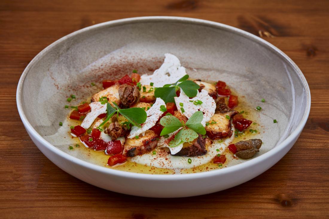 Chobotnice, bramborový krém, květák a pipirrana vinaigrette