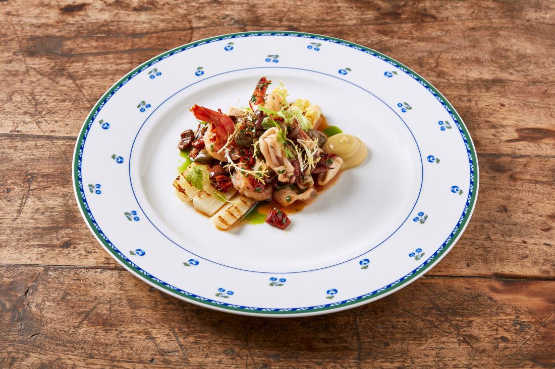 Tygří krevety s kalamáry a sušenými rajčaty, olivami, kaparami a grilovaným chřestem
