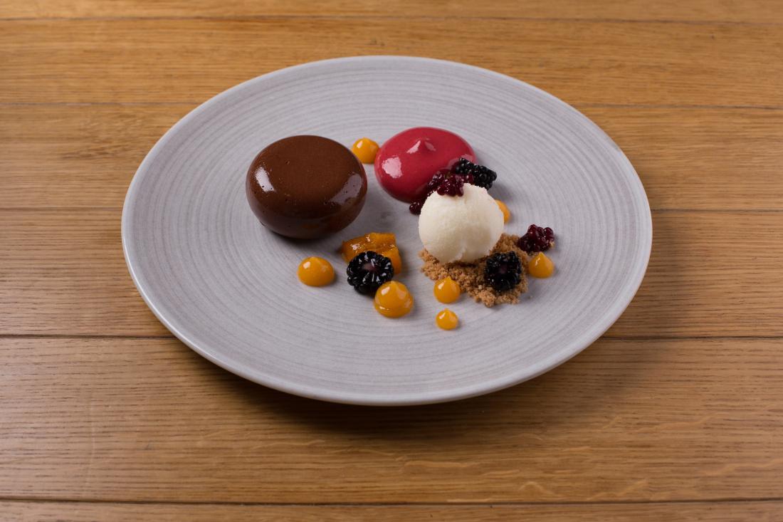 Tmavá čokoláda, pěna z ostružin, meruňkové pyré, meruňka s vanilkou, ostružiny a citrónový sorbet