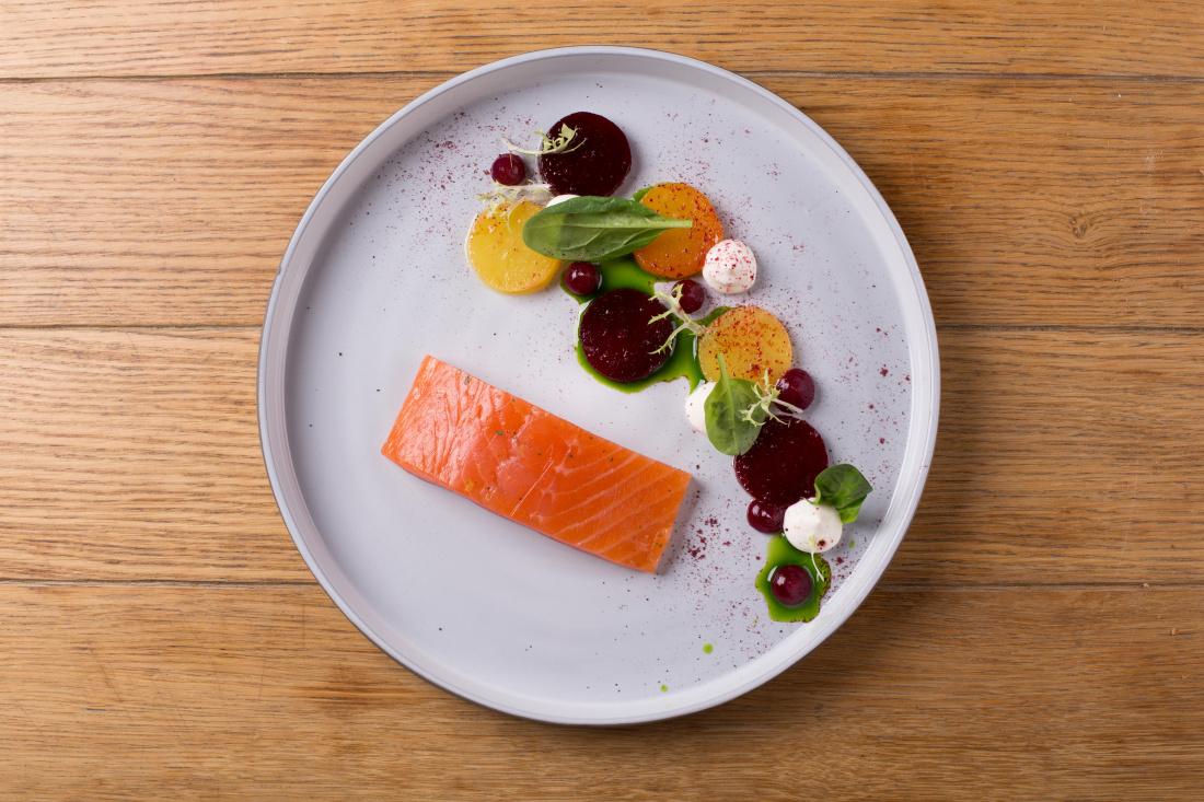 Marinovaný zauzený losos, pečená červená a žlutá řepa, zakysaná smetana a gel z yuzu a řepy