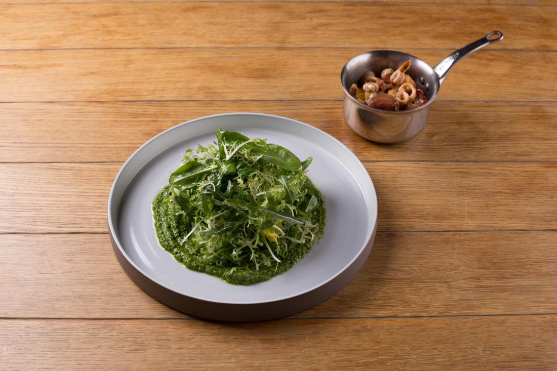 Mix zelených salátu, bazalkové pesto, krevety a kalamáry s rajčaty, česnekovým konfitem a česnekovým máslem
