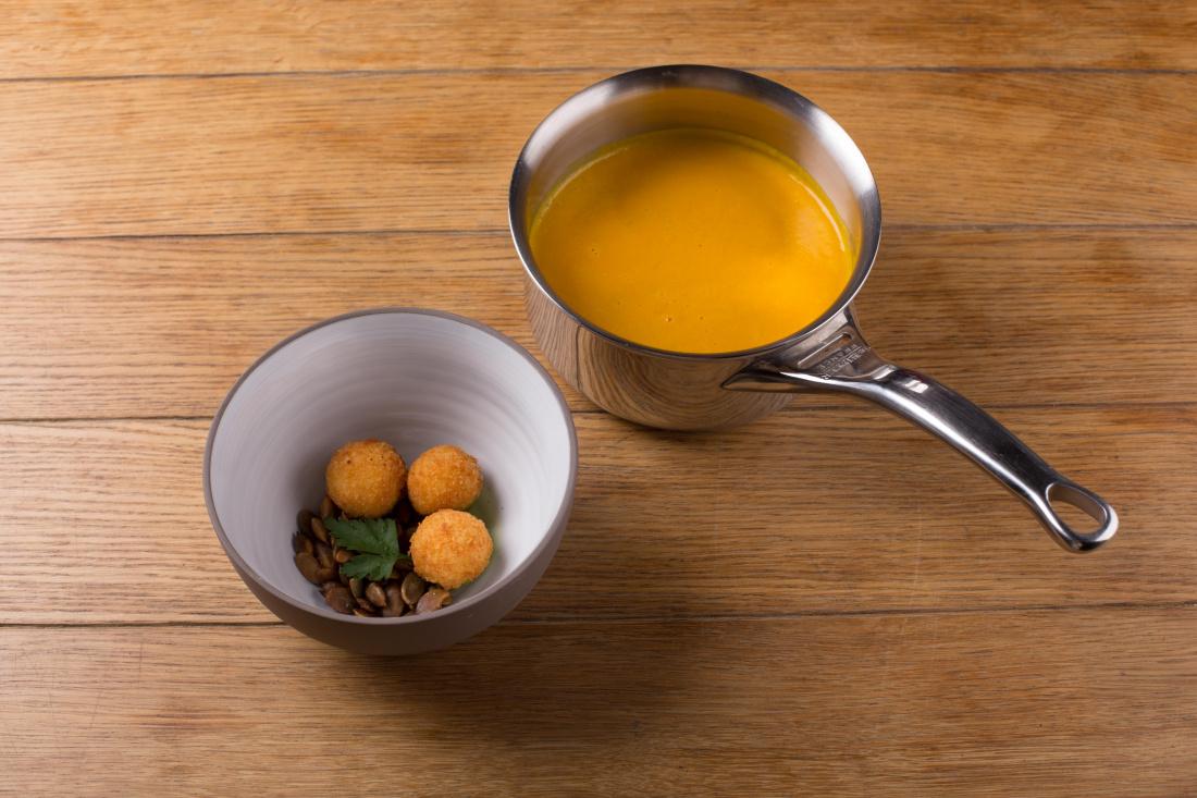 Dýňová polévka a krokety z kozího sýra