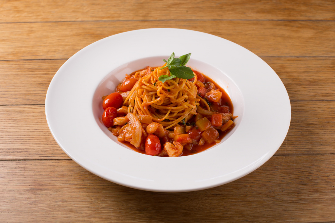 Tagliatelle s krevetami, rajčaty, česnekovým konfitem, fenyklem a pečené papriky
