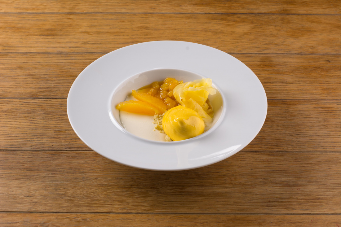 Vanilková panacota, ananasový kompot, mango espuma a limetkový crumble