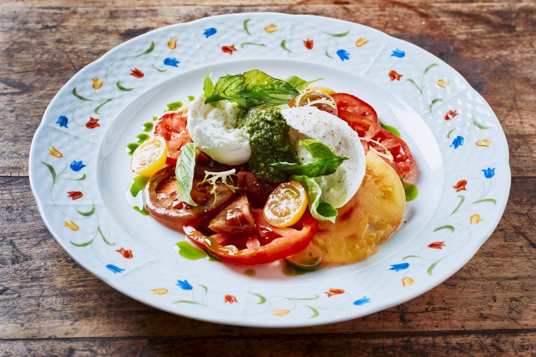 Salát z barevných rajčat s dresinkem z octa z bílého vína, mozzarella di Buffala a bazalkové pesto