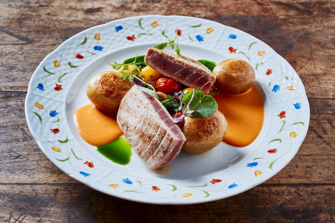 Grilovaný tuňák, restovaný špenát s malými rajčaty, bramborové rohlíčky a omáčka z uzených paprik