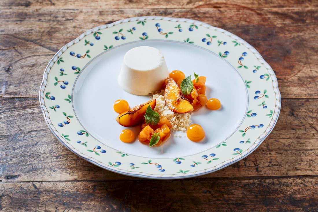 Mražené parfait s limetkou, karamelizované broskve, meruňkové pyré