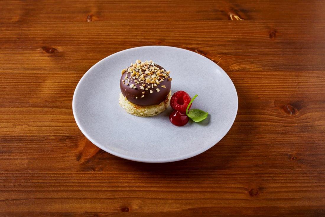 Krémová kachní játra v hořké čokoládě s lískovými ořechy a malinami