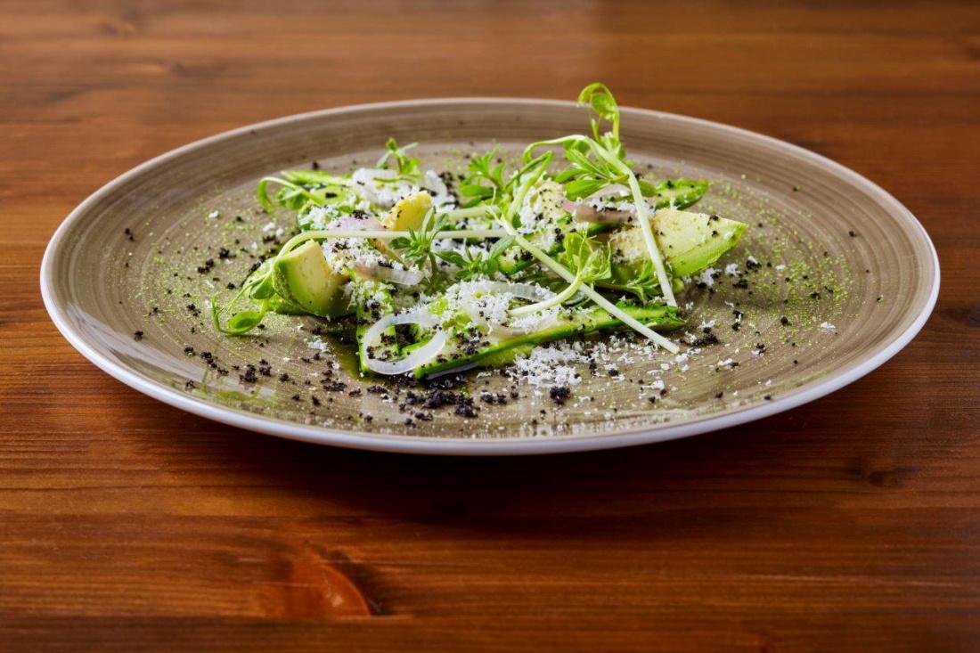 Hráškový hummus, avokádo, zelený chřest, sušené olivy, marinovaná šalotka a belper knolle
