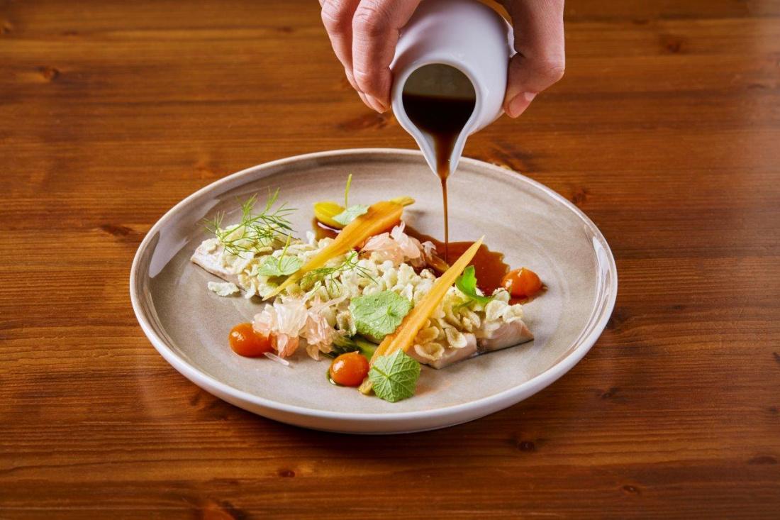 Makrela, smažená zelená rýže, marinovaná mrkev, pomelo, gel z yuzu a mrkve, ponzu omáčka