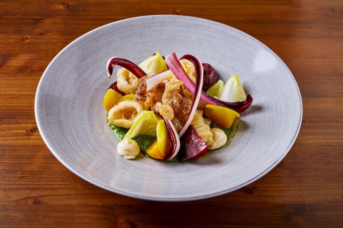 Salát z pečené žluté a červené řepy, čekanky, pesto z divokého česneku a piniových oříšků, fritované kalamáry a žloutková aïoli