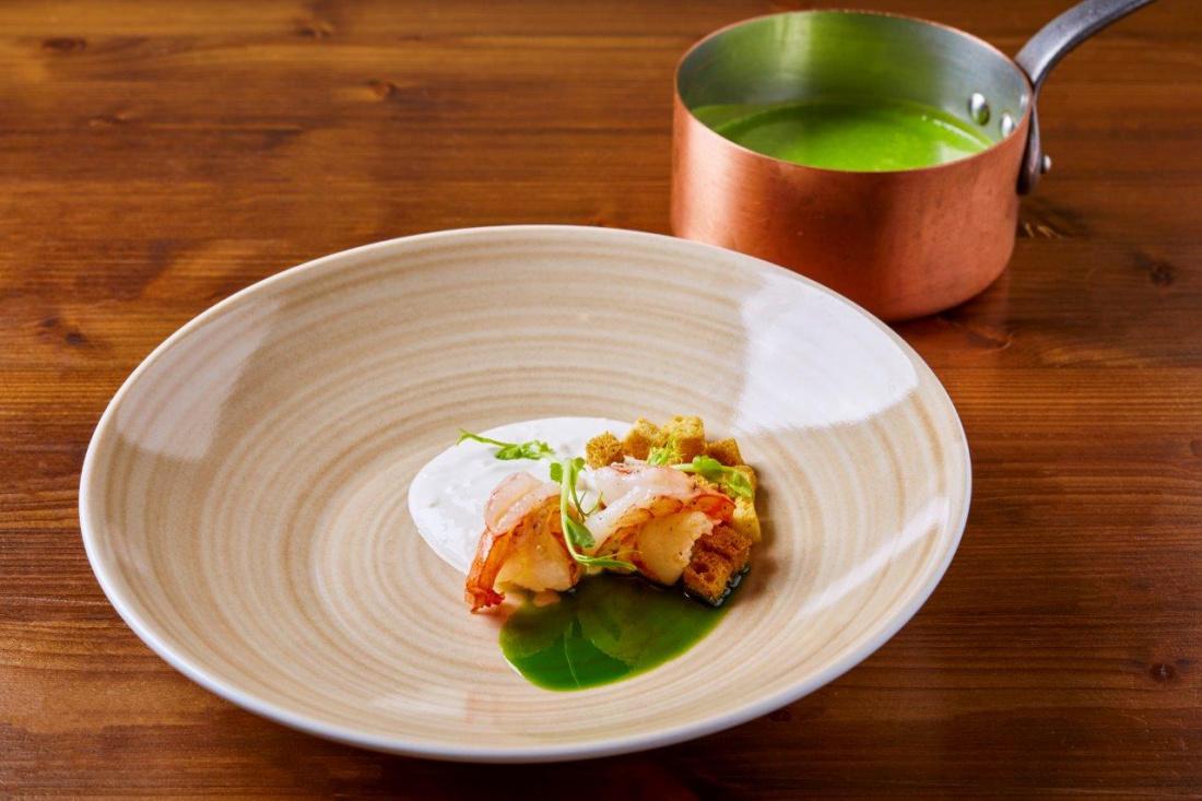 Polévka z hrášku a divokého česneku, domácí ricotta, brioškové krutony a tygří krevety