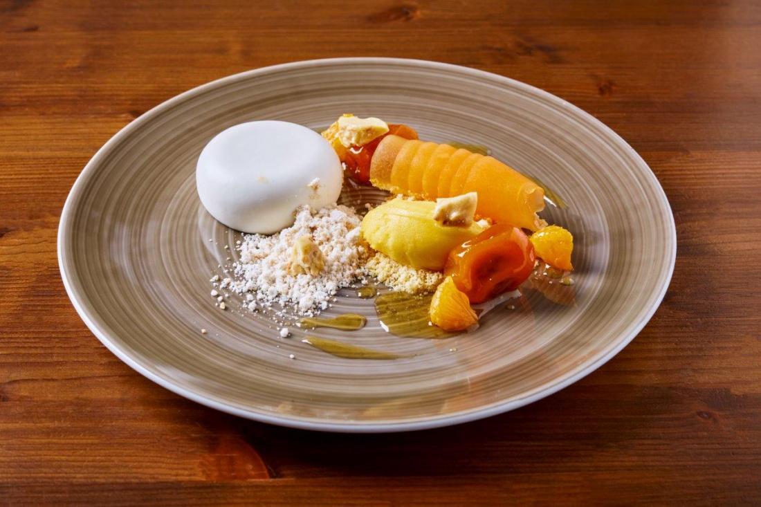 Kokosová panna cotta, meloun cantaloupe, marinované kumquaty, mandarinkový sorbet, karamelizované arašídy