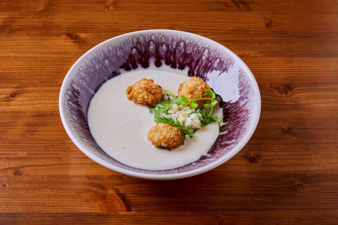 Chřestová polévka, tatarák ze chřestu, krokety z krevet a olej z medvědího česneku