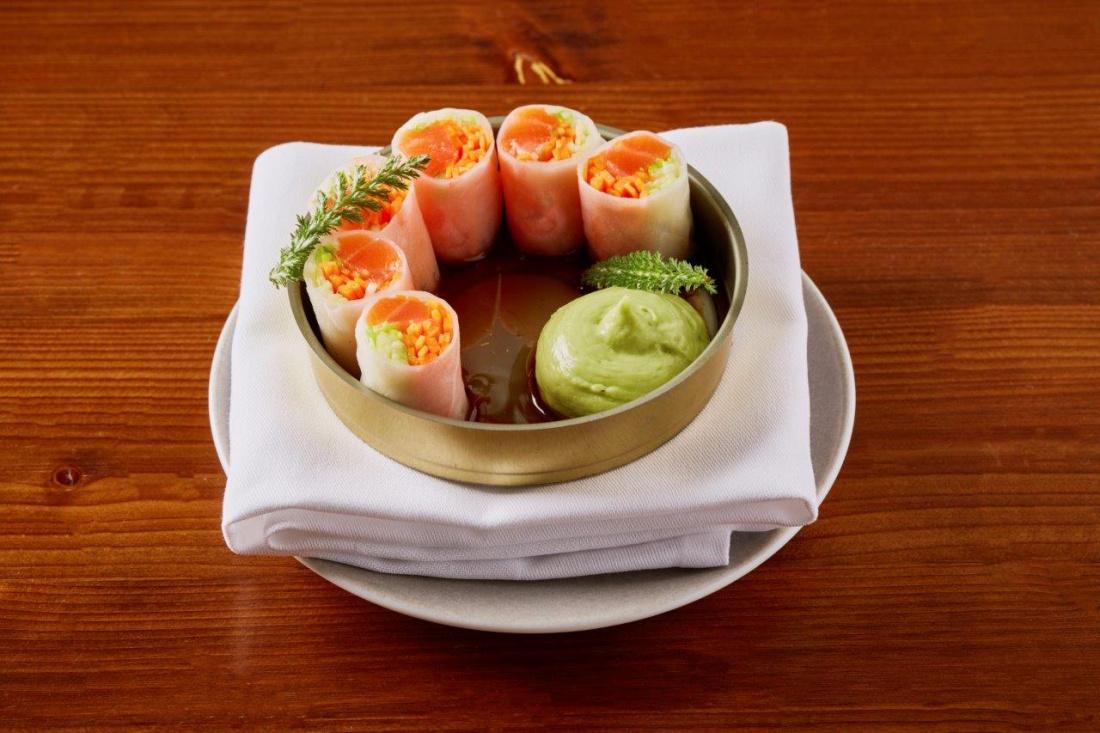 Závitek s marinovaným lososem a zeleninou, avokádo a ponzu omáčka