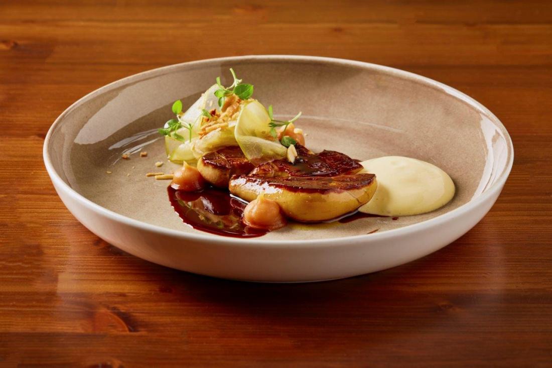 Pečená kachní játra Foie Gras, espuma z makadamských ořechů, pyré z pečených jablek se skořicí  a omáčka ze svařeného vína