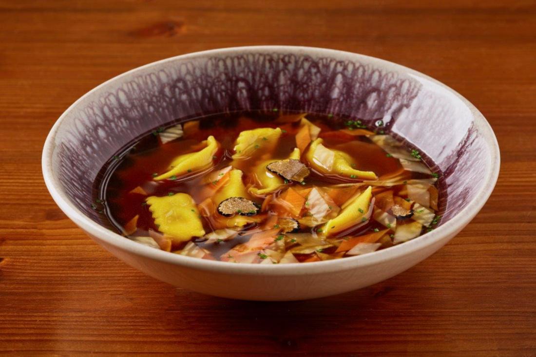 Vývar z hovězích žeber a oháňky, ravioli plněné masem a lanýži, kořenová zelenina