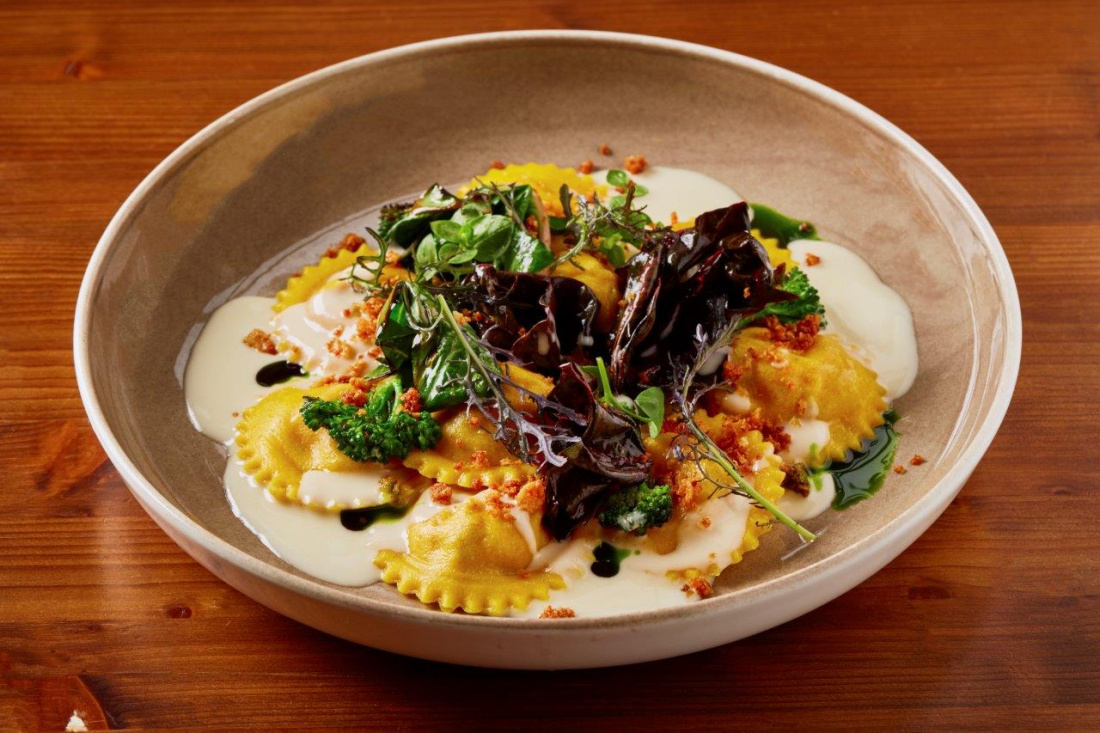 Ravioli se sýrem Taleggio, mangold, vlašské ořechy, brokolice, parmezánový crumble a lehký parmezánový krém