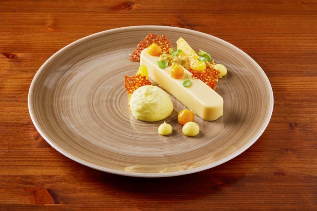 Crémeux z bílé čokolády a mučenky, citrónové pyré, mučenka, mango a pomerančová espuma