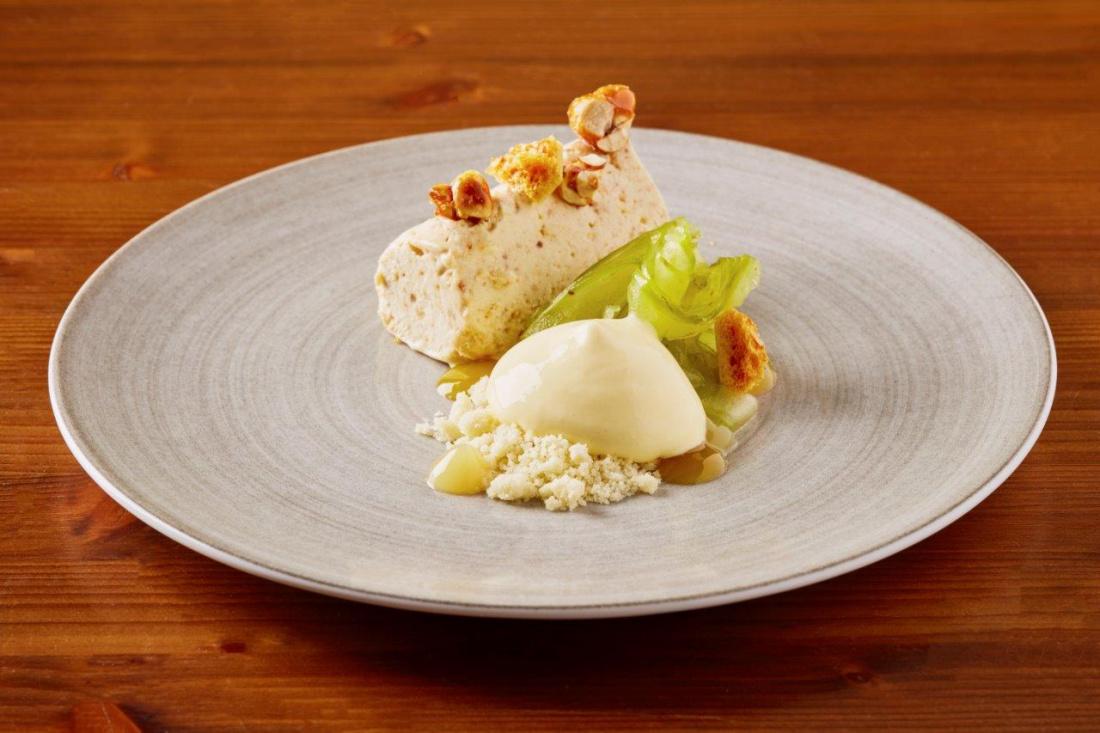 Ořechové semifreddo s karamelizovanými ořechy, jablko s limetkovou kůrou a limetkový gel