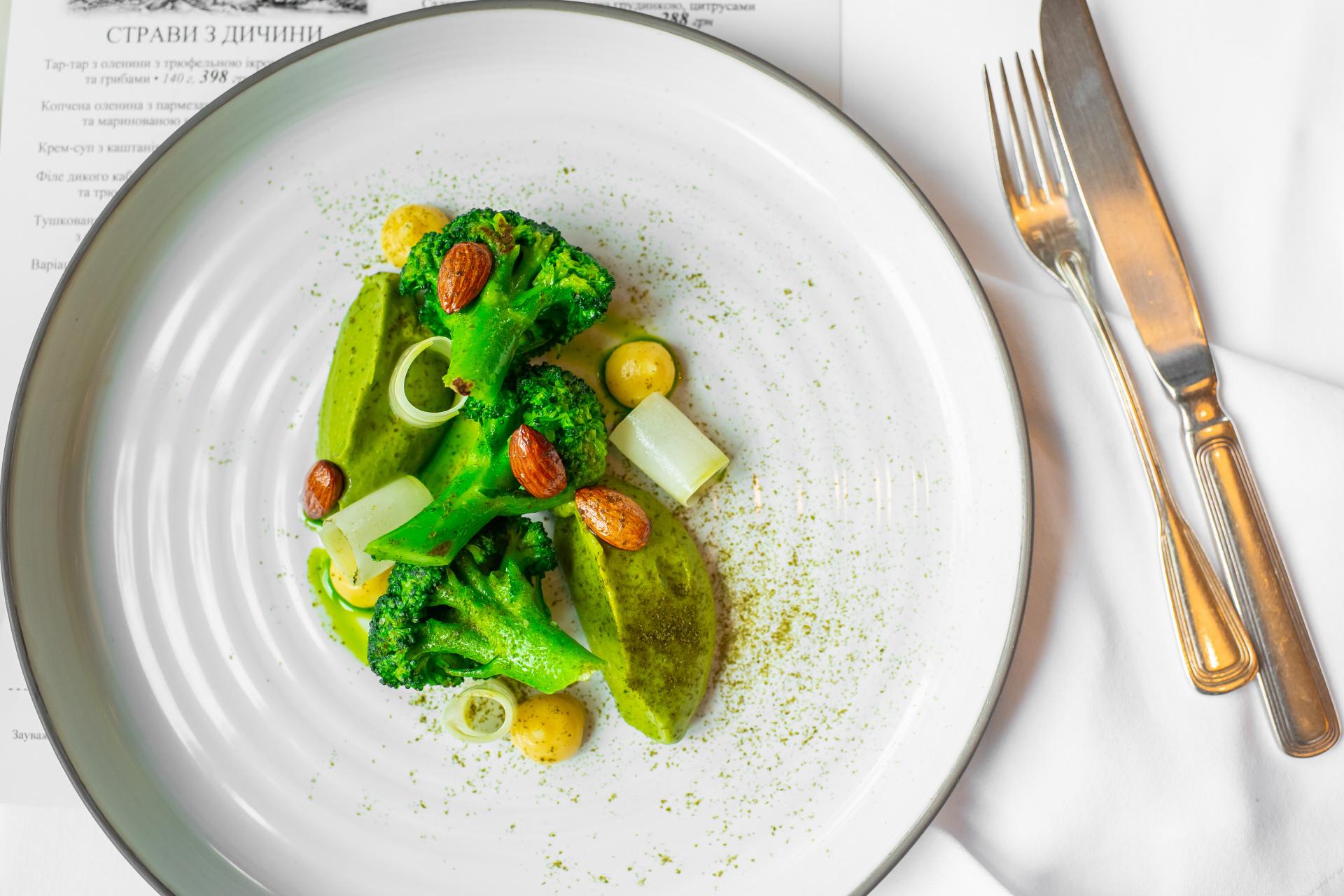 Brokolice, brokolicové pyré, citrónové pyré, uzené mandle a olej z petrželky a nori řasy