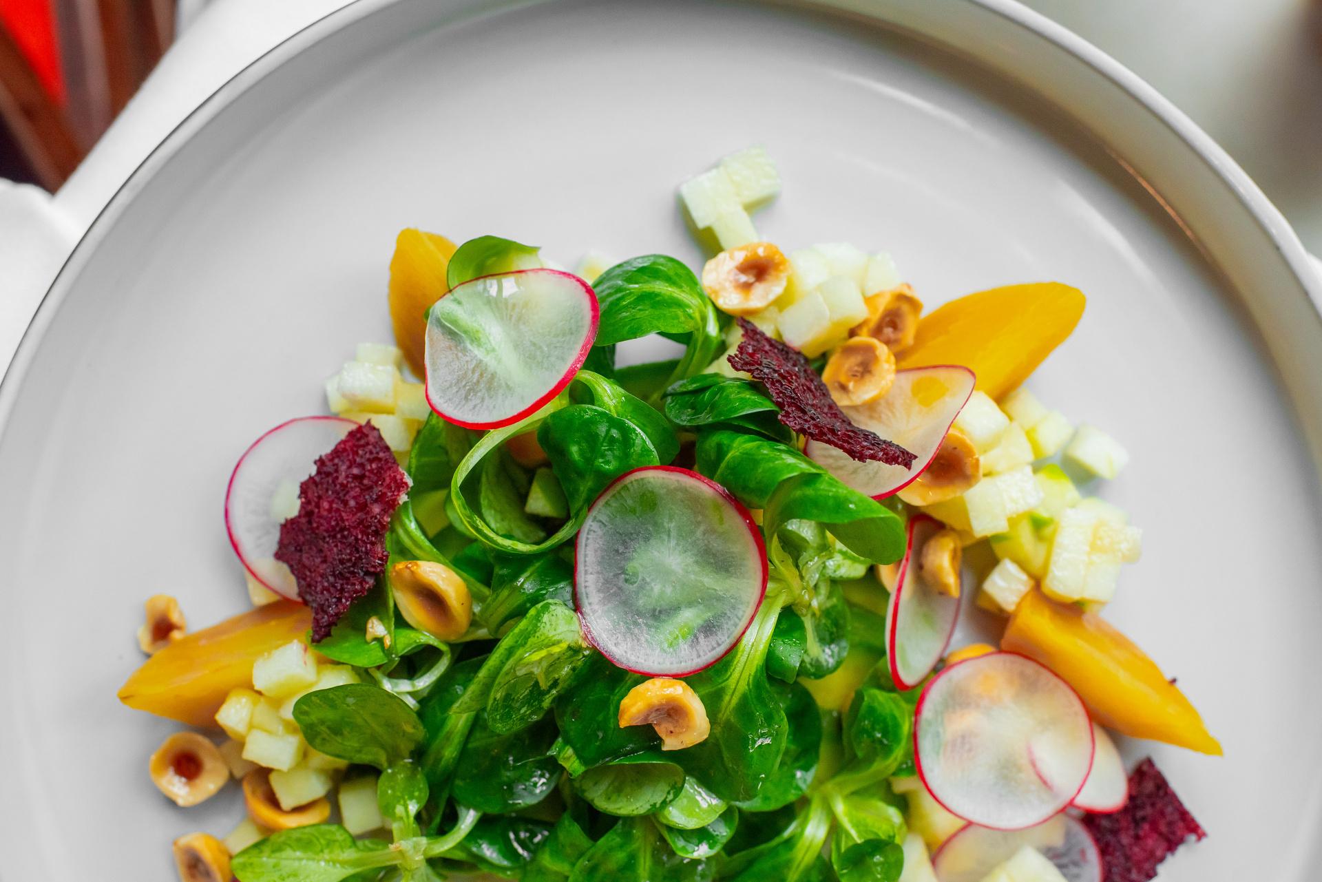 Salát z avokáda, žlutá řepa, ředkviček, lískové ořechy, Granny Smith jablko, polníček a vinaigrette z fíků
