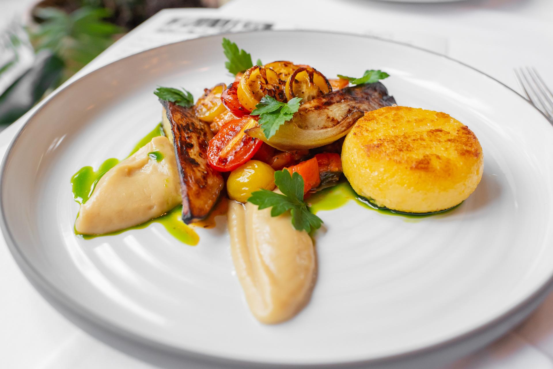Polenta, pečený lilek, caponáta, restovaná rajčata, česnekové pyré a bazalkový olej