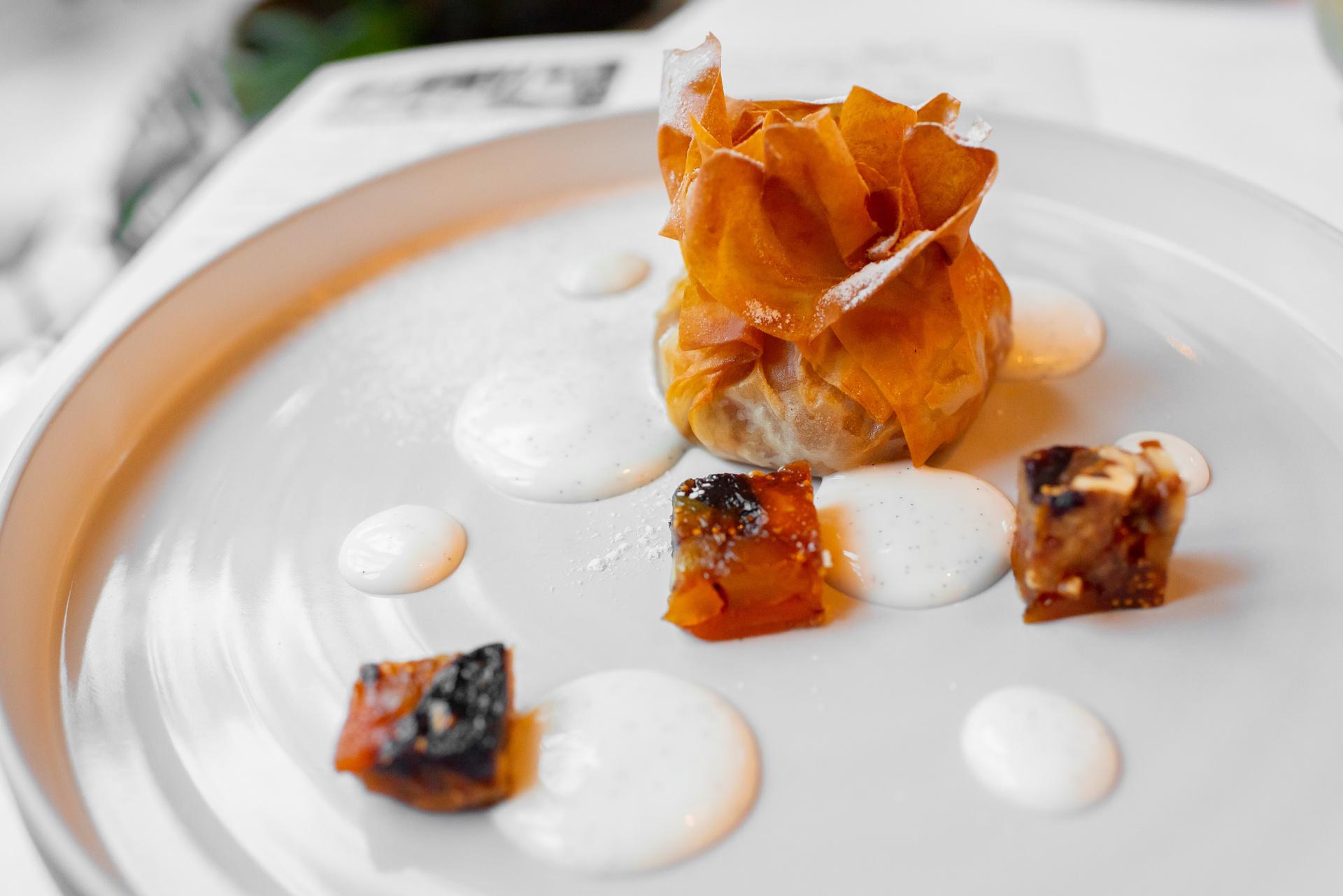 Lehce podušený jablka na karamelu pečená ve filo těstu, skořicový cukr, sušené ovoce v medu, vanilková omáčka