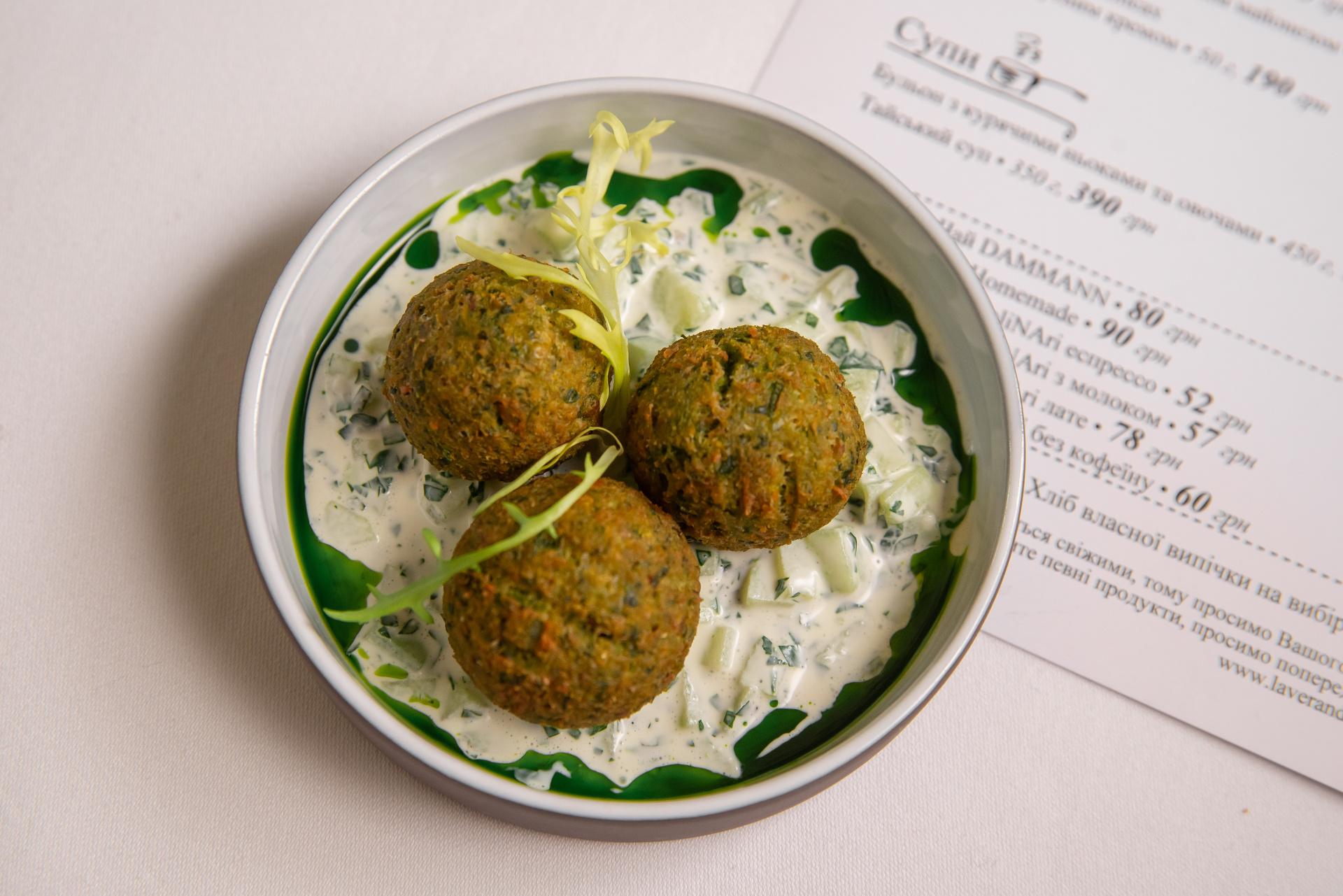 Falafel a zakysaná smetana s okurkou, mátou a tahini pastou