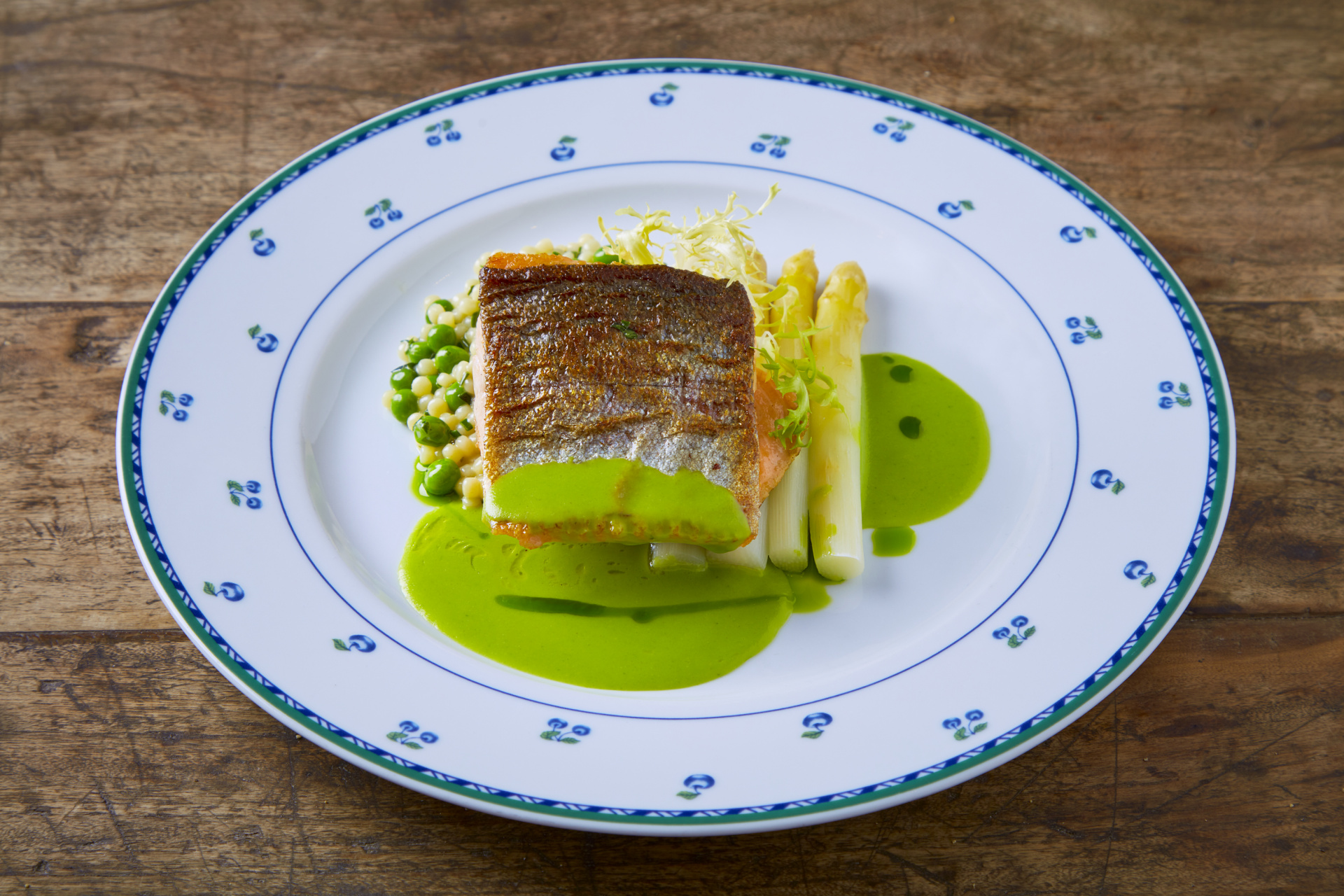 Sladkovodní ryba dne, bílý chřest, tarhoňa s hráškem a bylinkami, česnekový krém a olej z medvědího česneku