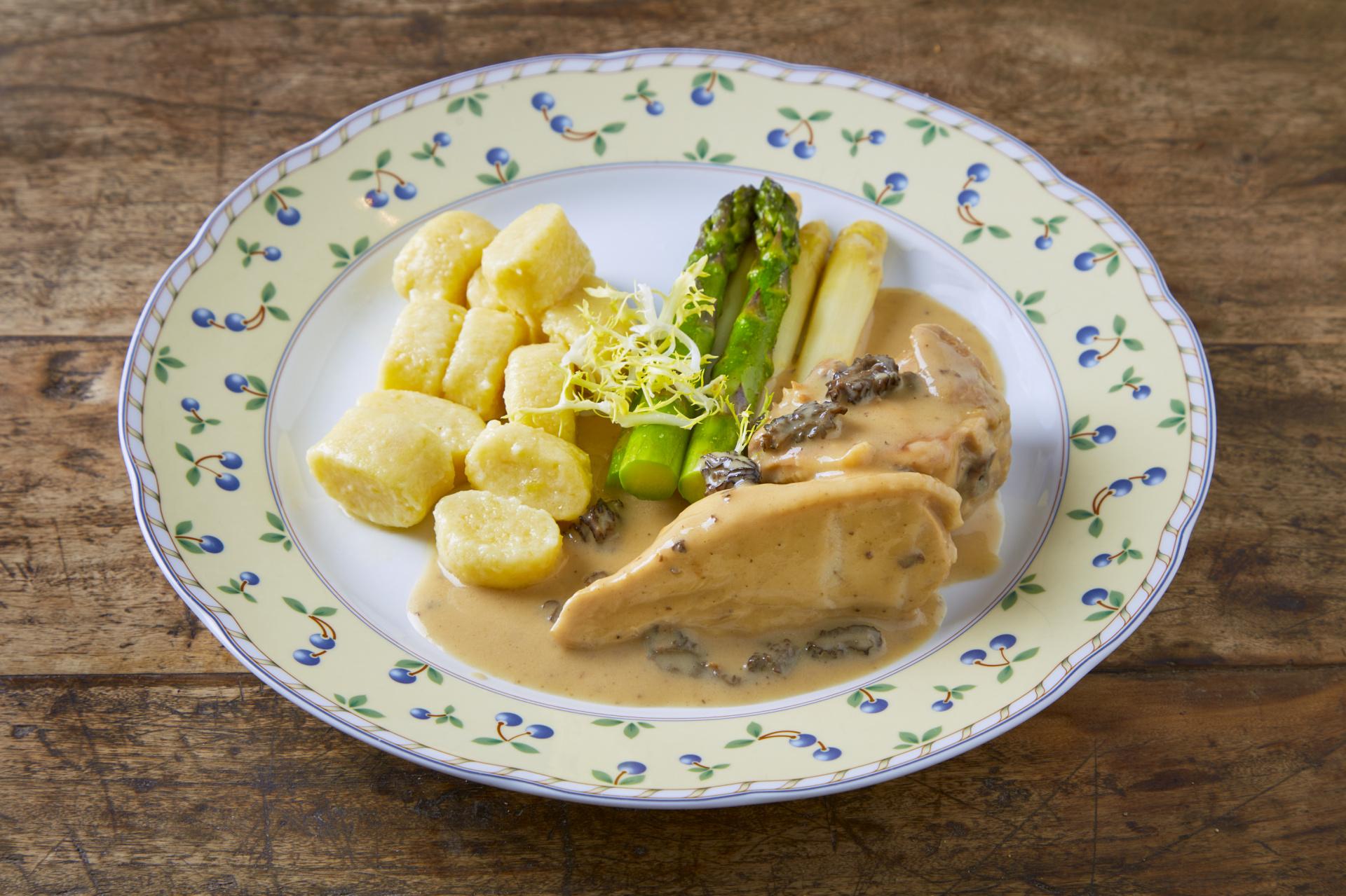 Dušené kuře ve smetanové omáčce se smrži, mladé brambory a chřest